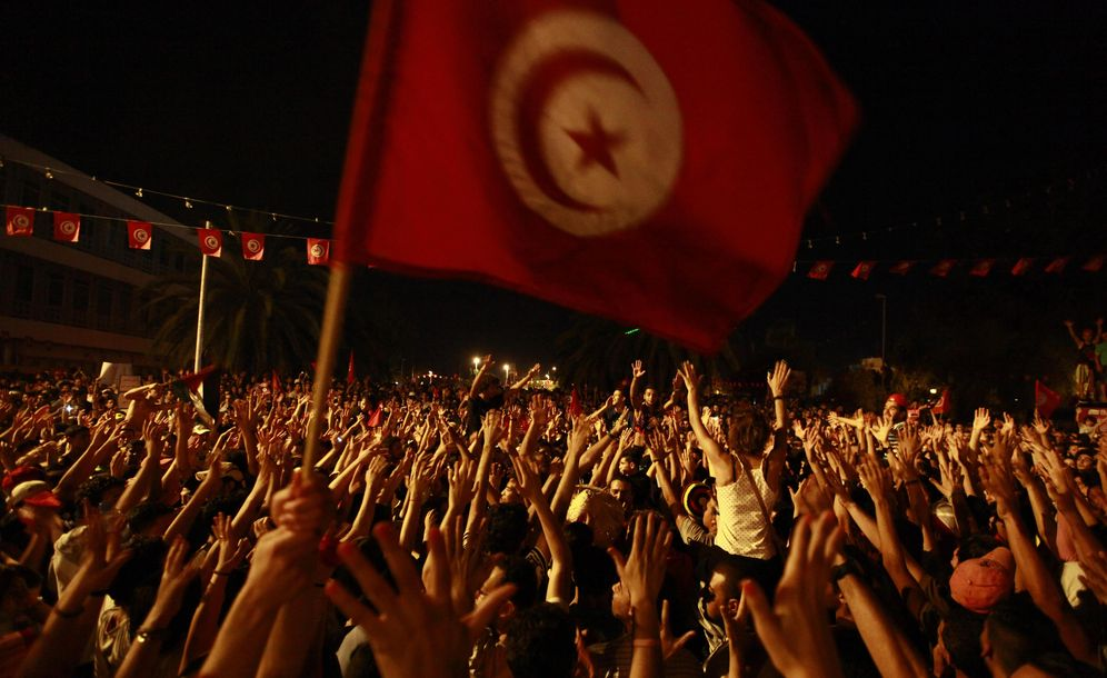 Foto: Tunecinos protestan ante la Asamblea Constituyente para exigir la salida de los islamistas del poder, en Túnez, el 28 de julio de 2013 (Reuters).
