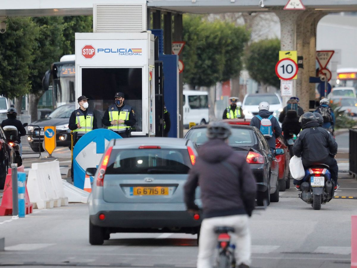Foto: Vehículos pasan la frontera con Gibraltar desde la Línea de la Concepción (Cádiz). (EFE)