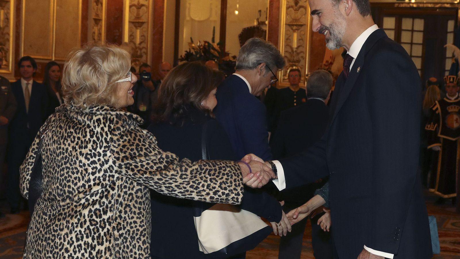 Foto: Manuela Carmena saluda al rey Felipe en el Salón de los Pasos Perdidos del Congreso de los Diputados, tras la solemne ceremonia de apertura de la XII Legislatura. (EFE)