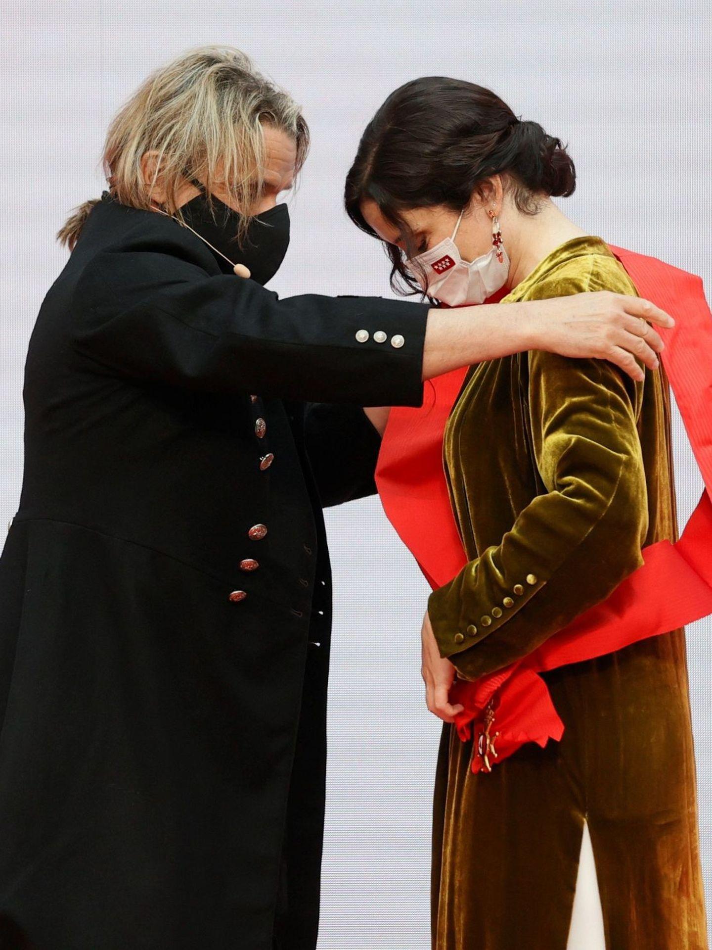 Nacho Cano e Isabel Díaz Ayuso, durante la imposición de la Gran Cruz de la Orden del Dos de Mayo. (EFE)