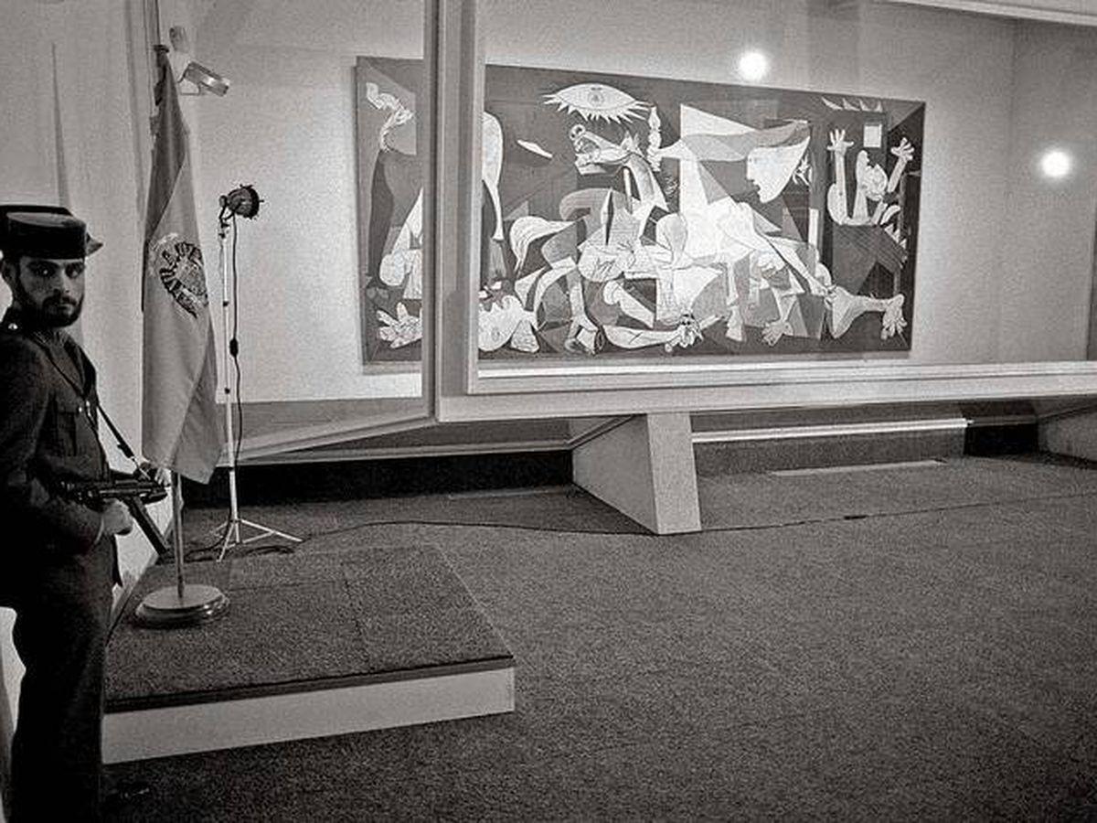 Foto: El 'Guernica' en el Casón del Buen Retiro, custodiado por la Guardia Civil