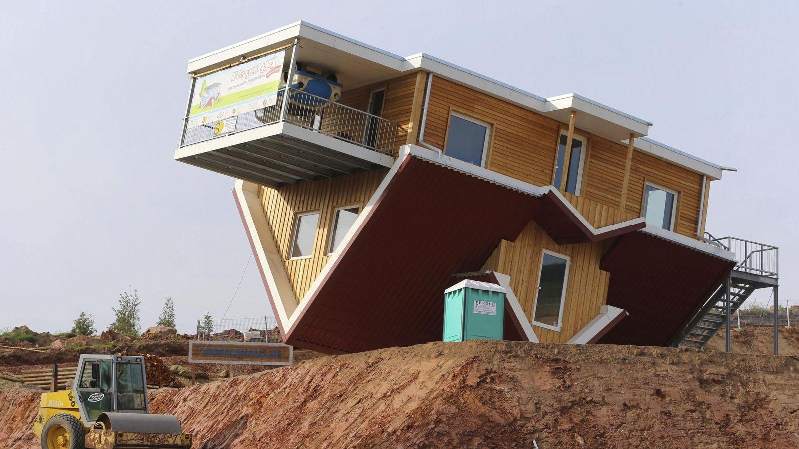 Foto: otografía de una casa boca abajo. (EFE)