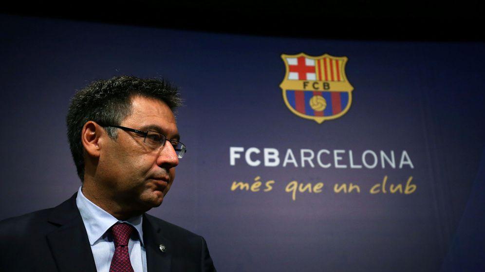 Foto: Josep María Bartomeu, presidente del Barcelona, con gesto de preocupación en el Camp Nou. (Efe)