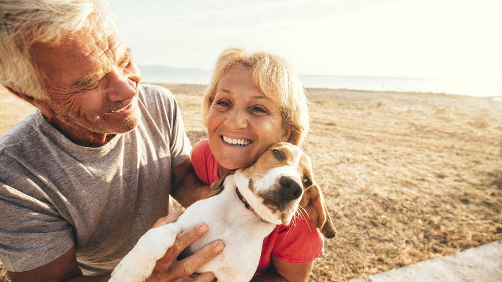Foto: Dos personas de origen sueco, en una playa. (iStock)