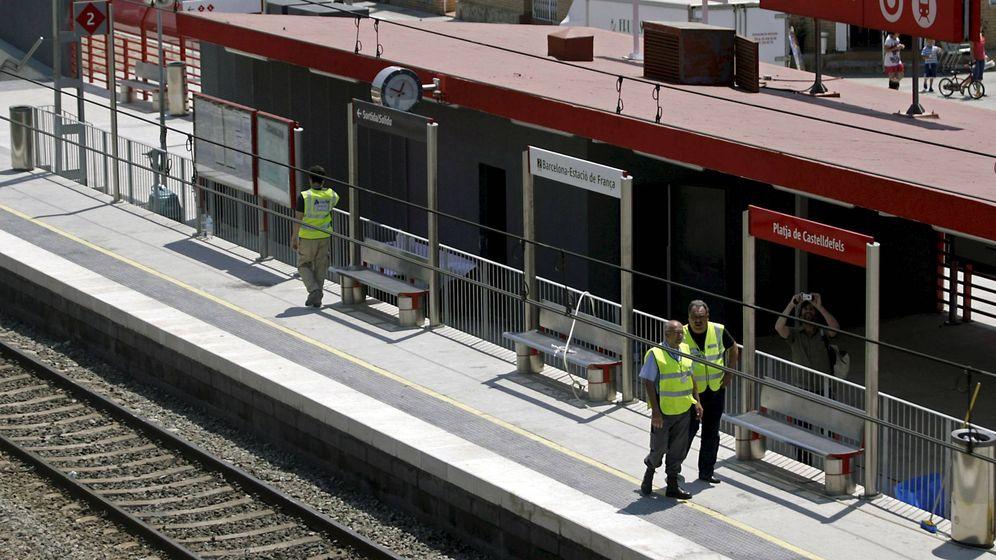Foto: Vigilantes en los andenes de la estación de Castelldefels Playa (Barcelona). (EFE)