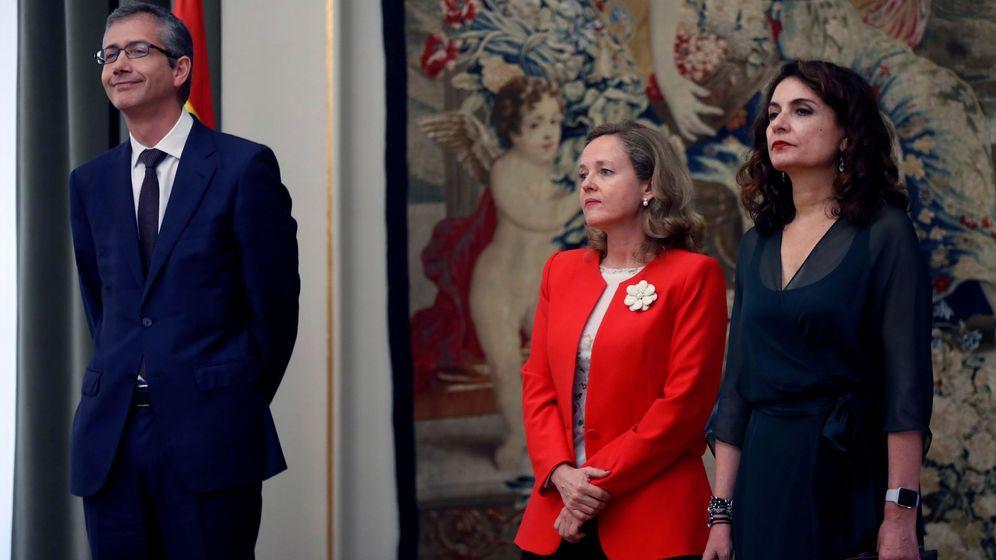 Foto: Pablo Hernández de Cos (BdE), junto a las ministras Nadia Calviño y María Jesús Montero. (EFE)