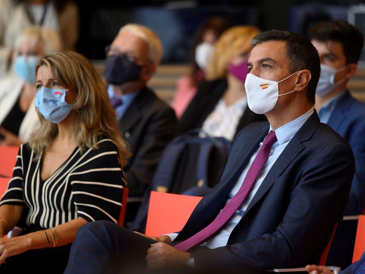Foto: El presidente del Gobierno, Pedro Sánchez (d), y la vicepresidenta segunda y ministra de Trabajo, Yolanda Diaz. (EFE)