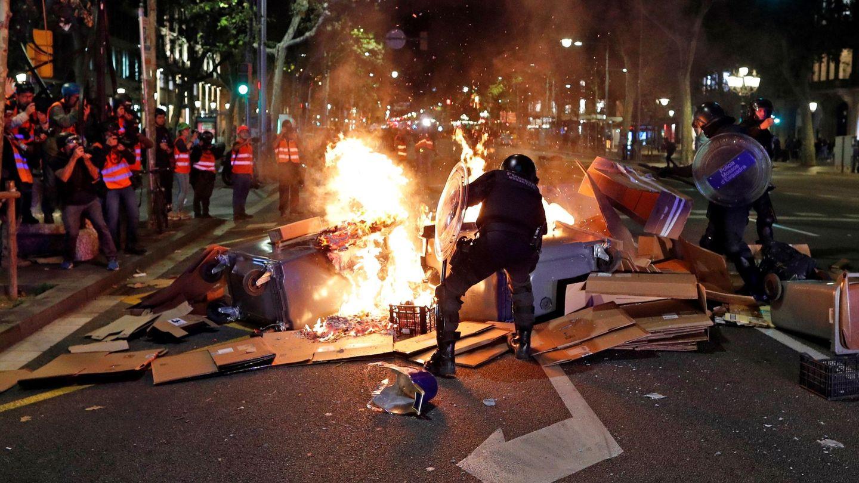 Los Mossos d'Esquadra tratan de controlar una barricada. (EFE)
