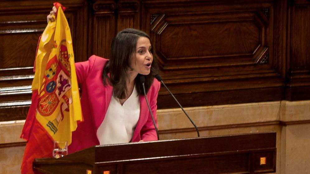 Foto: La líder de Ciudadanos, Inés Arrimadas, muestra una bandera española durante el turno de réplica en la segunda jornada del Debate de Política General celebrado en el Parlament. (EFE)