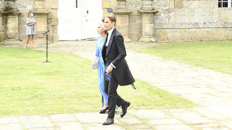 El novio llegando a la iglesia acompañado de su madre. (Limited Pictures)