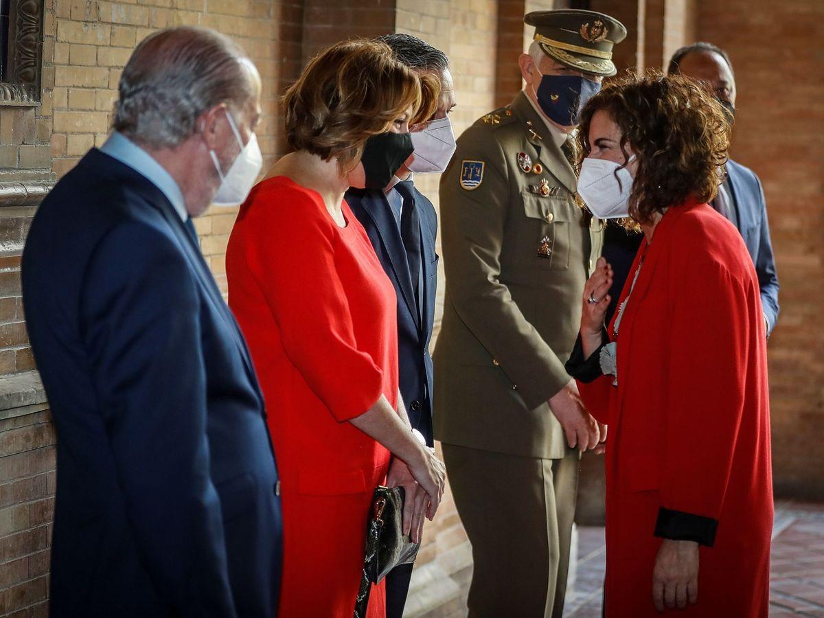 Foto: María Jesús Montero (d) saluda a Susana Díaz (2i) a su llegada a la toma de posesión del nuevo delegado del Gobierno en Andalucía, Pedro Fernández. (EFE)