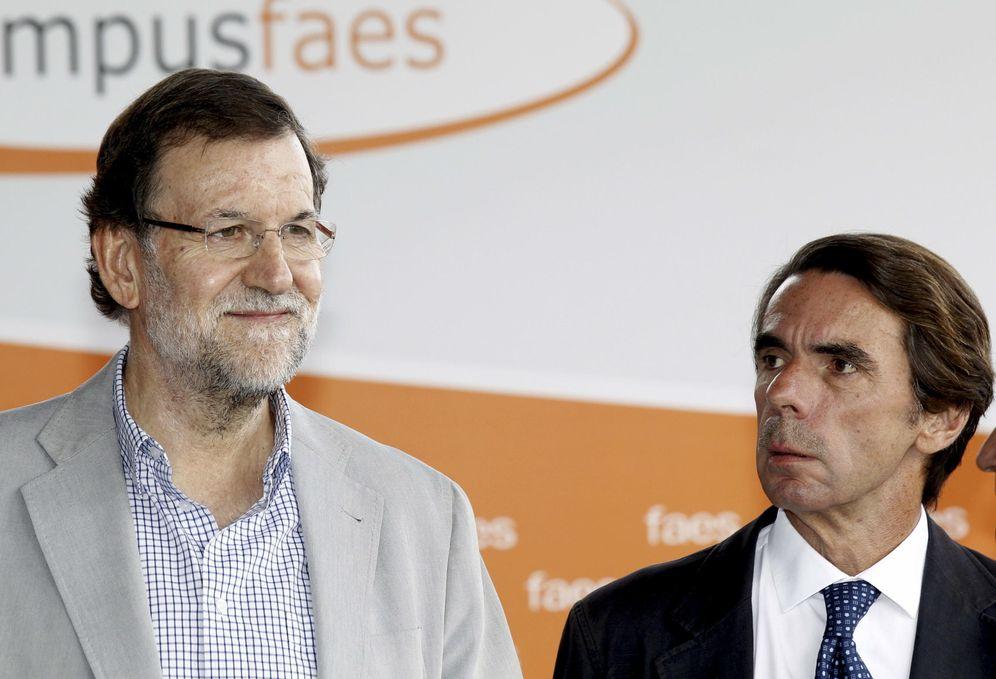 Foto: Mariano Rajoy y José María Aznar durante la clausura del Campus FAES en 2014. (EFE)