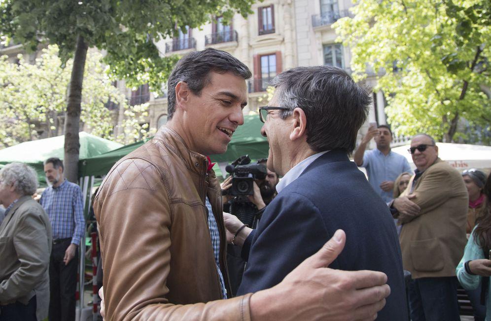 Foto: Pedro Sánchez y Patxi López se saludan este 23 de abril en Las Ramblas de Barcelona, con motivo de la festividad de Sant Jordi. (EFE)