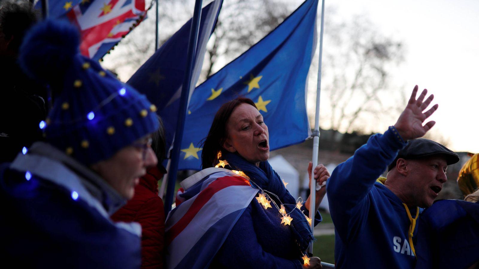 Foto: Manifestantes contrarios al Brexit se manifiestan ante el Parlamento británico, en Londres. (Reuters)