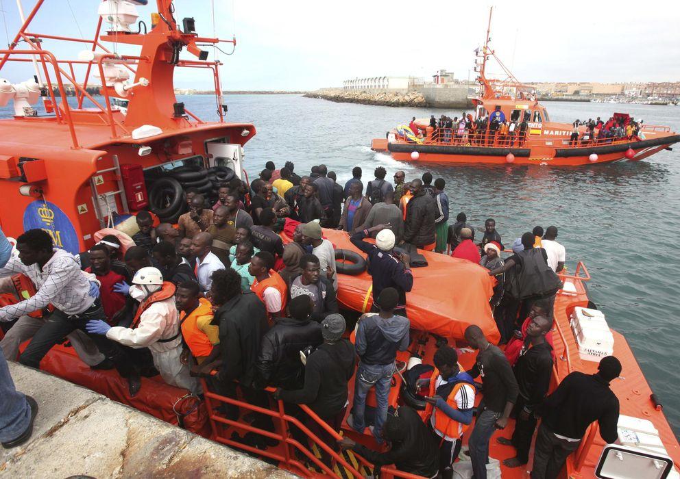Foto: Rescatados de aguas del estrecho 227 inmigrantes que iban en 23 pateras el lunes (Efe)