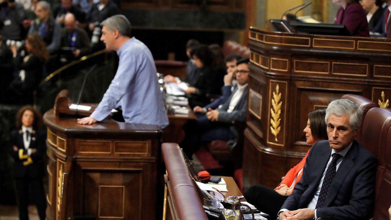 Foto: Adolfo Suárez Illana da la espalda al diputado de EH Bildu Oskar Matute en el debate de investidura de enero. (EFE)