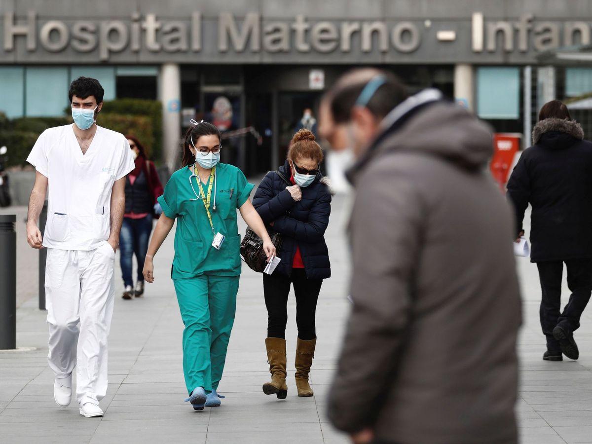 Foto: Trabajadores ataviados con mascarillas salen del Hospital La Paz de Madrid. (EFE)
