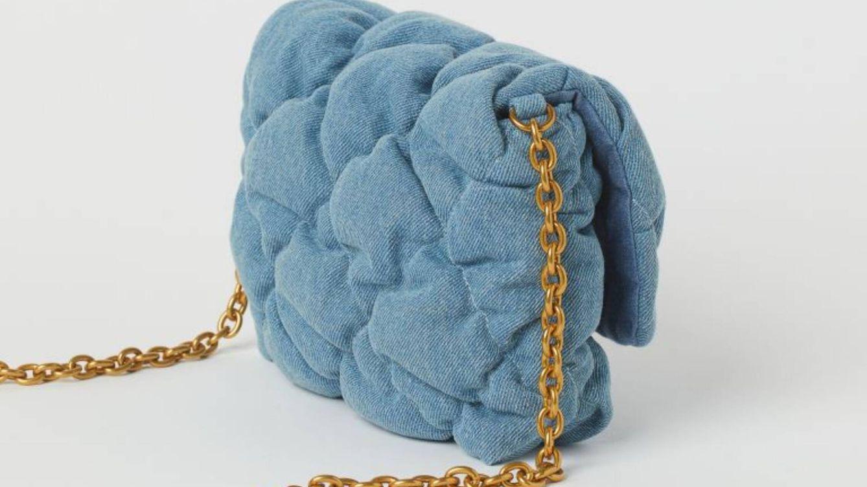 H&M reúne en este bolso de 20 euros todas las tendencias: bandolera, denim y acolchado