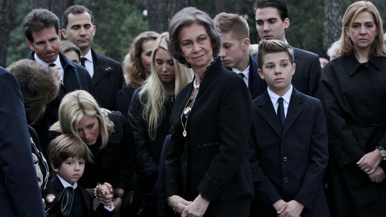 La reina Sofía con su familia griega, en el aniversario de la muerte del rey Pablo. (Gtres)