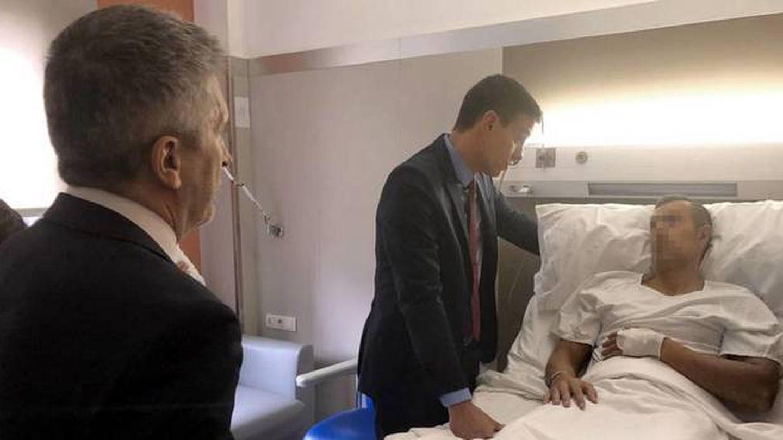 Pedro Sánchez visita a uno de los agentes heridos. (EFE)
