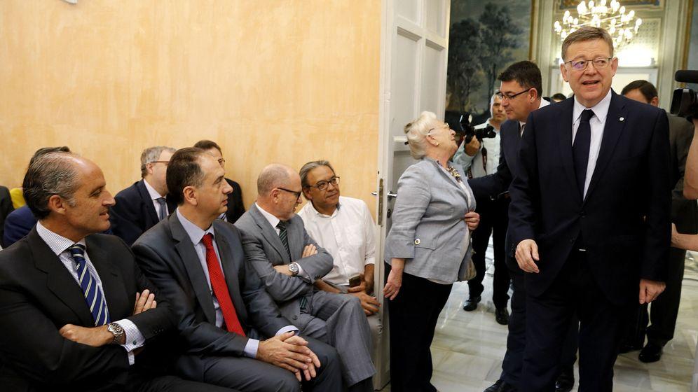 Foto: Francisco Camps (i) observa a Ximo Puig (d). (EFE)