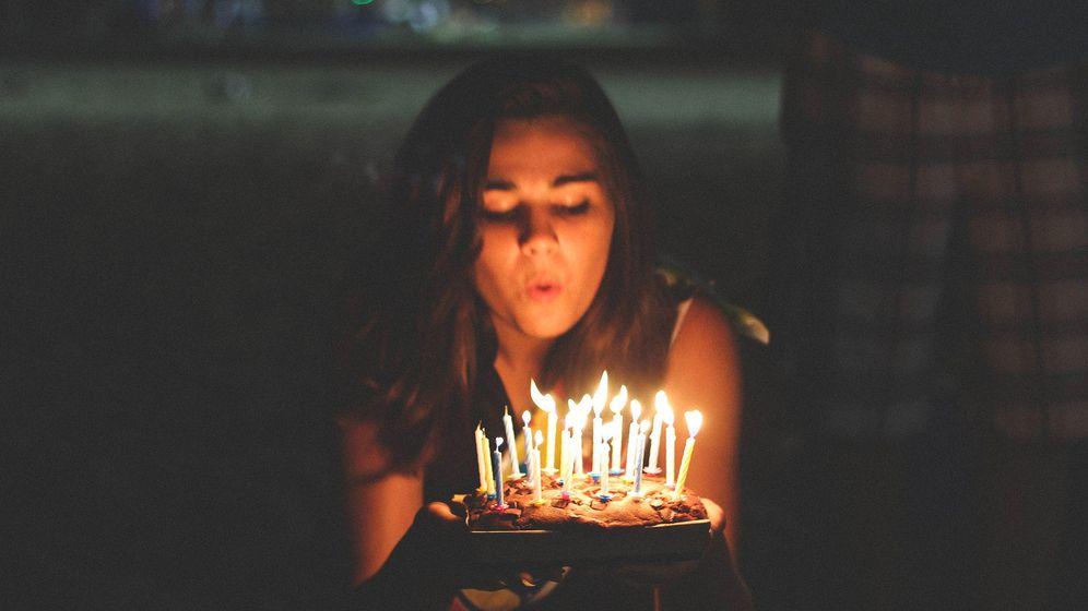 Foto: Una chica sopla las velas de una tarta de cumpleaños (Leo Hidalgo)