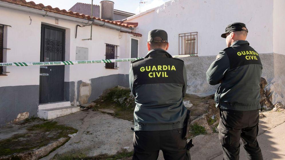 Foto: Efectivos de la Guardia Civil custodian la vivienda de la joven zamorana Laura Luelmo. (EFE)