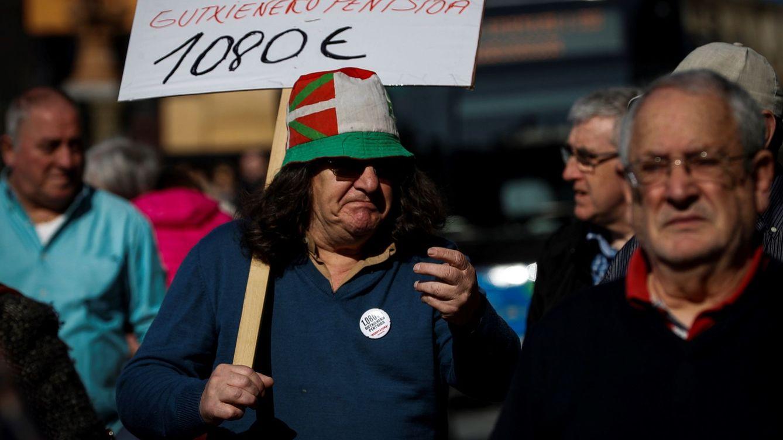 Foto: Manifestación de jubilados exigiendo 1.080 euros de pensión mínima. (EFE)