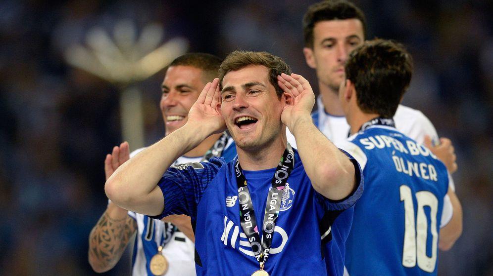 Foto: Iker Casillas, sonriente, en la fiesta de celebración del título de Liga del Oporto ante los aficionados que le aclaman. (EFE)