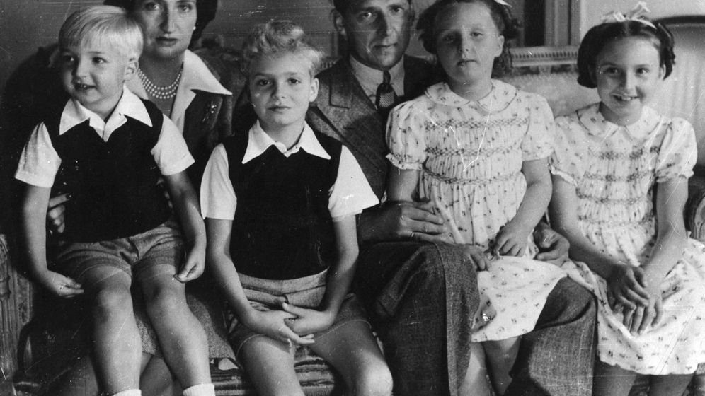 Foto:  Don Juan y María de las Mercedes con sus cuatro hijos. (Getty)