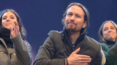 Pablo Iglesias celebra su triunfo con sus dos 'amigas entrañables'