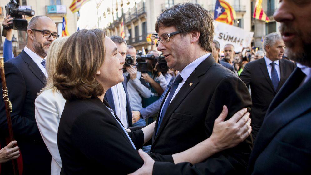 Foto: Ada Colau y Carles Puigdemont se saludan durante la concentración de alcaldes en la plaza Sant Jaume de Barcelona. (EFE)