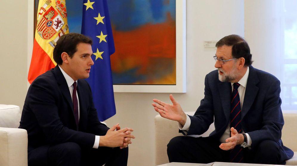 Foto: El presidente del Gobierno, Mariano Rajoy, y el líder de Ciudadanos, Albert Rivera (izda), durante la reunión que mantuvieron este jueves. (EFE)