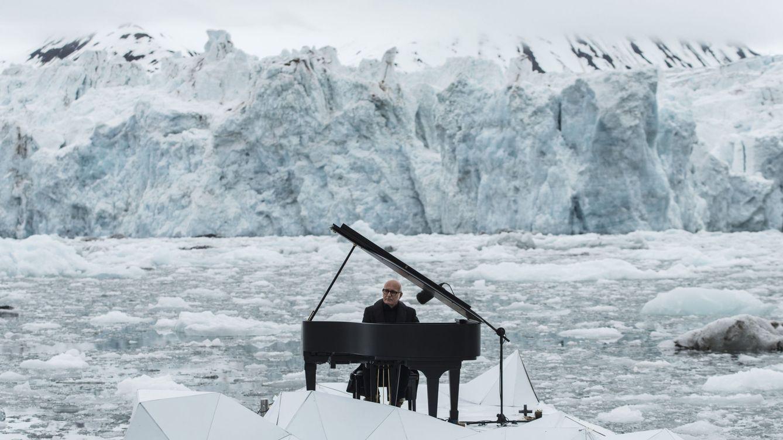 Foto: Un pianista toca durante un acto para proteger el Ártico