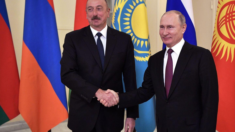 El presidente de Azerbaiyán, Ilham Aliyev, con el ruso Vladímir Putin durante una cumbre de la Mancomunidad de Estados Independientes (CIS) en San Petersburgo, el 6 de diciembre de 2018. (EFE)