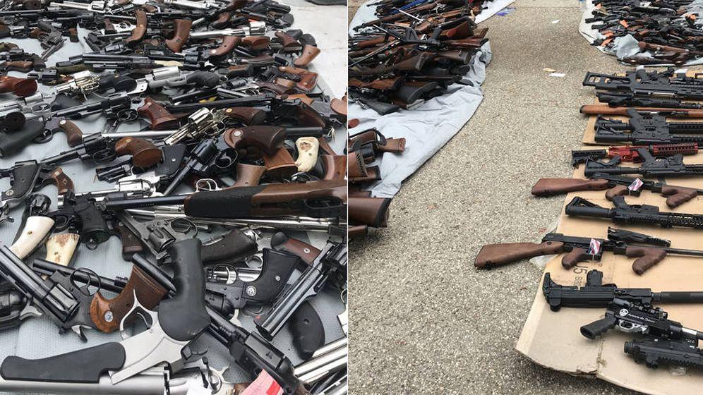 Foto: Las armas de fuego se amontonaron a las puertas de la vivienda (Foto: Twitter)