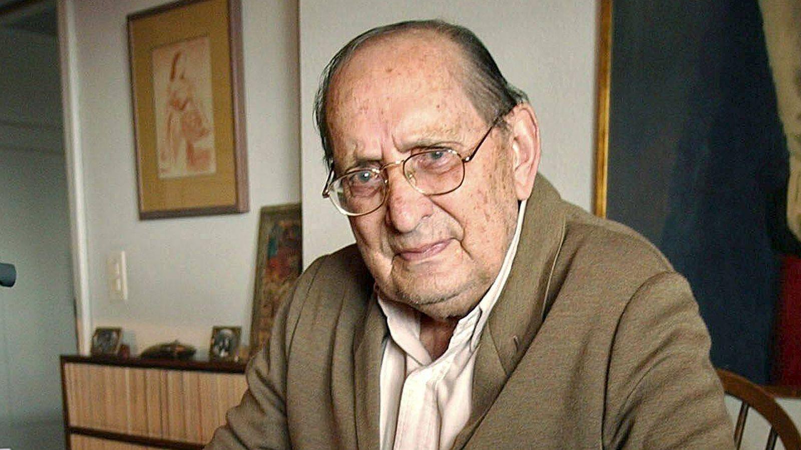 Foto: Una fotografía de archivo del escritor Miguel Delibes, en su casa, en el año 2002. (EFE)