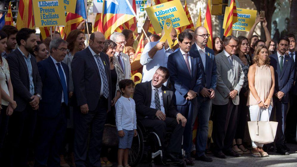 Foto: Ofrenda floral en la Diada de Cataluña. David Bonvehí, en silla de ruedas. (EFE)