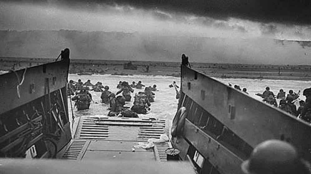 Foto: Soldados que esquivan fuego enemigo durante el desembarco de Normandía: (EFE)