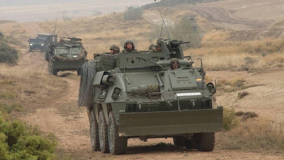 Foto: Columna de zapadores de la Legión con vehículos BMR en cabeza. (Juanjo Fernández)