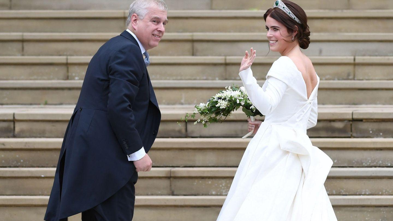 Eugenia y su padre, el príncipe Andrés, el día de su boda. (EFE)