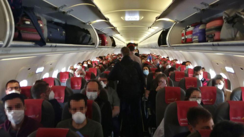 Foto: Vista del interior de la cabina del avión del vuelo de Iberia Express del domingo pasado entre Madrid y Gran Canaria, cuyos pasajeros se quejaron de que iba prácticamente lleno, sin dejar asientos vacíos entre los viajeros. (EFE/Facilitada por Efrén