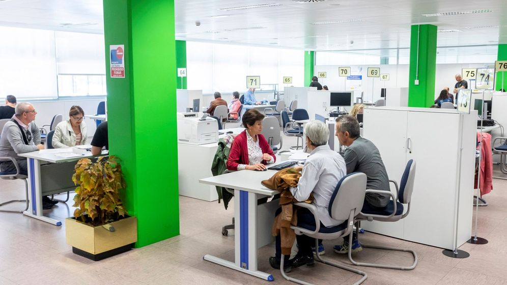 Foto: Atención presencial en oficinas para la confección de la declaración de IRPF. (EFE)