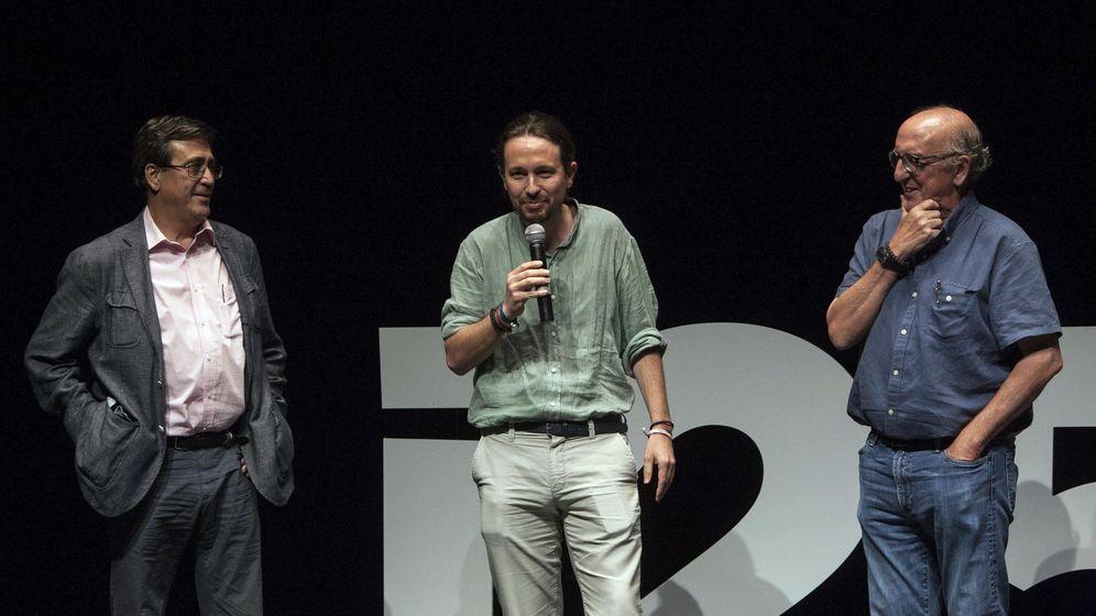 Foto: Pablo Iglesias hablando junto a Jaume Roures. (EFE)