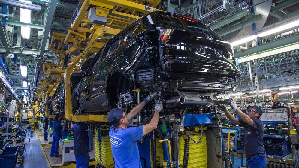 Foto: Varios positivos por coronavirus entre los trabajadores han parado la planta de Ford en Almussafes.