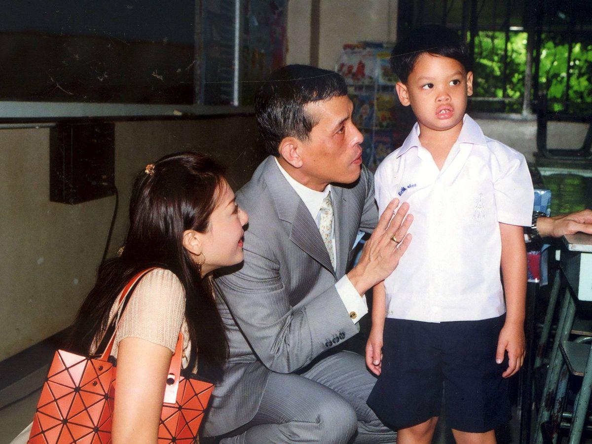 Foto: El rey de Tailandia, con su exmujer y su hijo. (EFE)