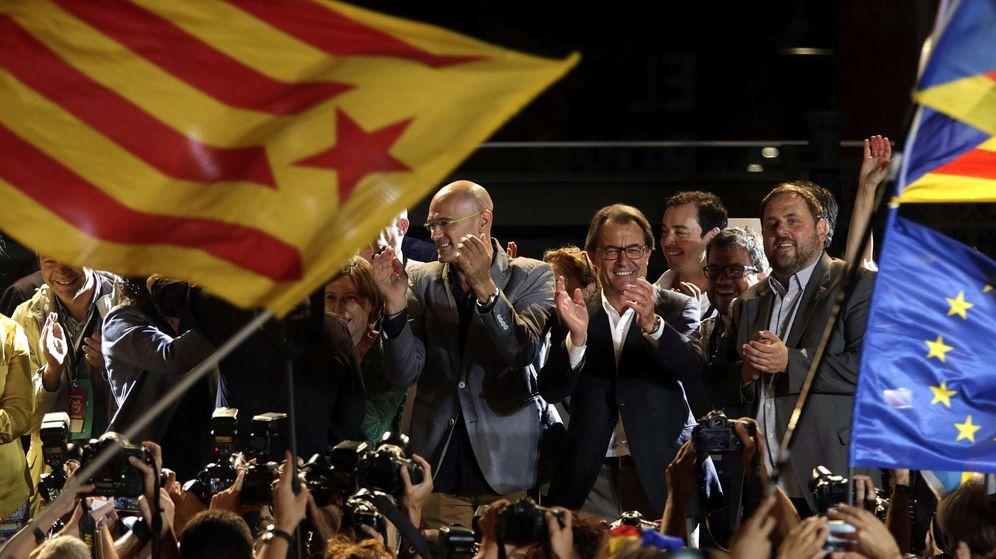 Foto: El presidente catalán en funciones, Artur Mas (2d), el cabeza de lista de Junts Pel Sí, Raül Romeva (3d), y el presidente de ERC, Oriol Junqueras (d) tras conocer los resultados del 27-S. (Efe)