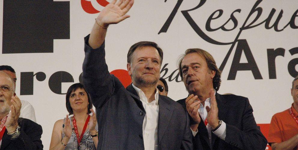 Foto: Fotografía de archivo de Carlos Pérez Anadón (d) y el exsecretario del PSOE en Aragón Marcelino Iglesias. (EFE)