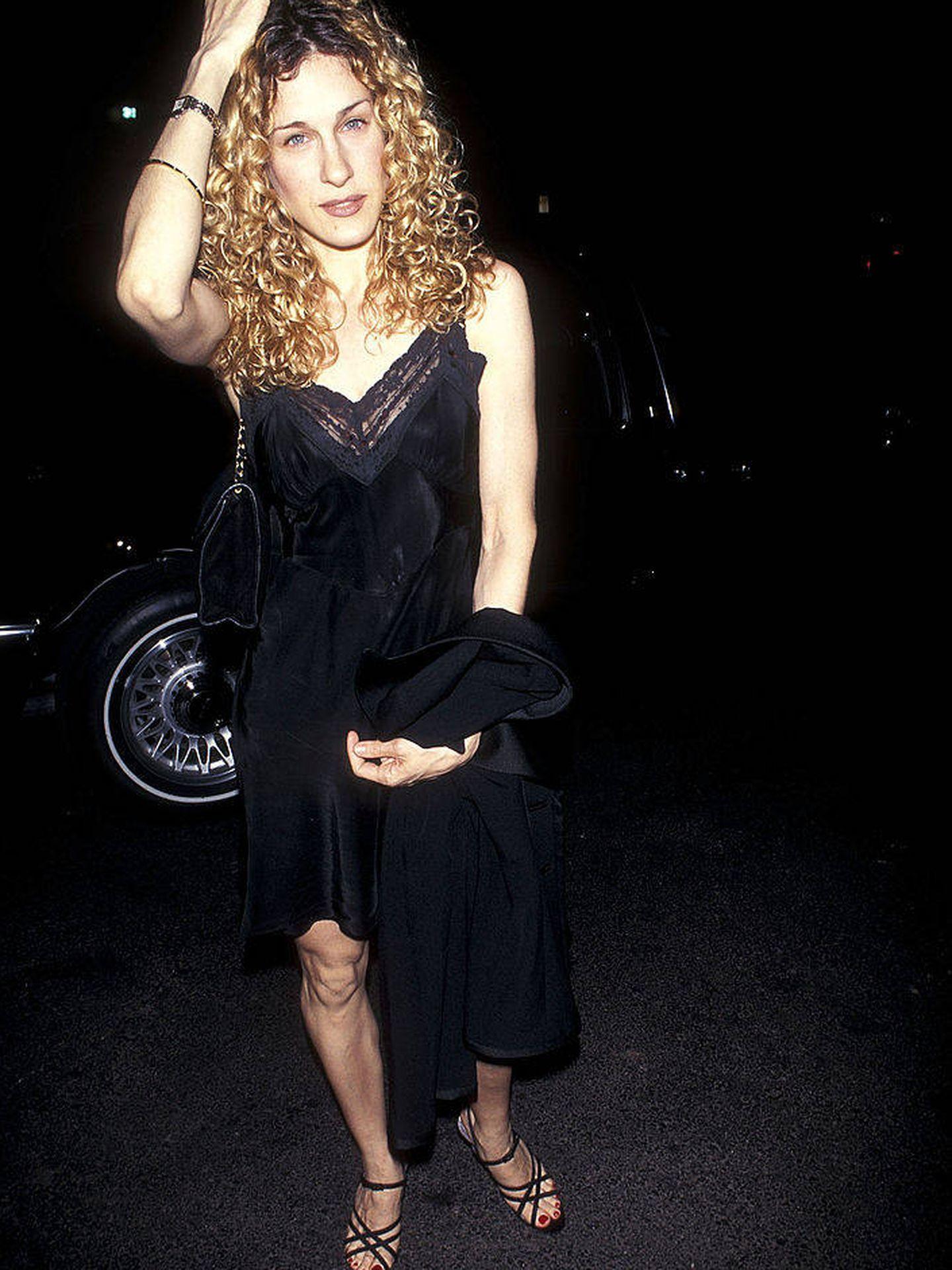 Sarah Jessica Parker, en 1995 con un minivestido lencero. (Getty)