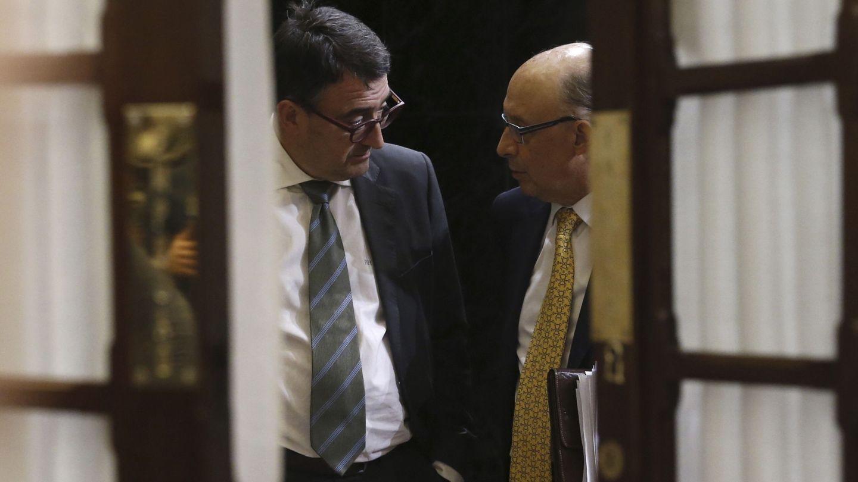 El ministro de Hacienda, Cristóbal Montoro (d), conversa con el portavoz del PNV en el Congreso, Aitor Esteban. (EFE)